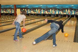 Deux jeunes en train de lancer leurs boules de bowling